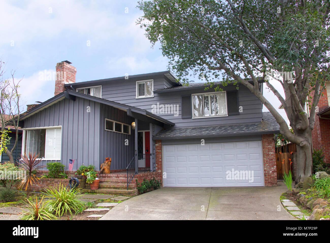 Zwei Geschichte Ranch Style House, Grau Holz Abstellgleis Mit Rotem  Backstein. Ranch Style Ist