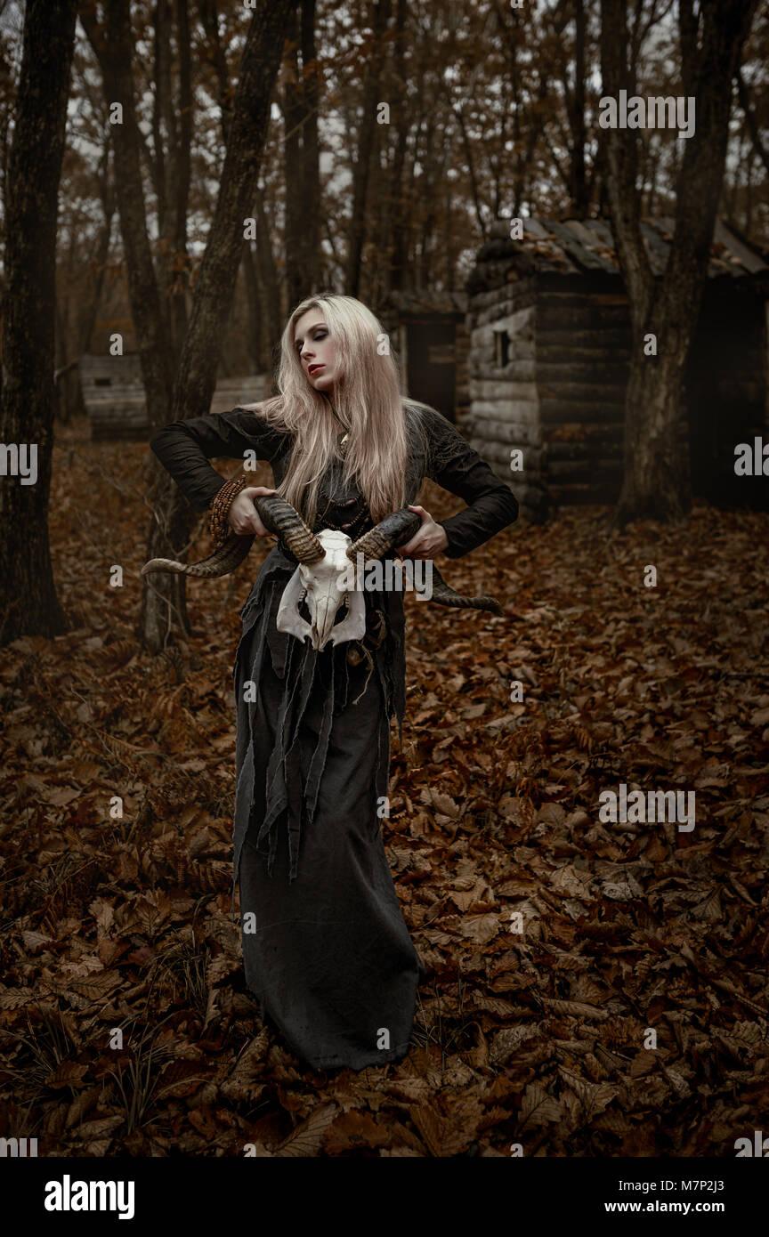 hexe in ein langes schwarzes kleid stockfotografie - alamy