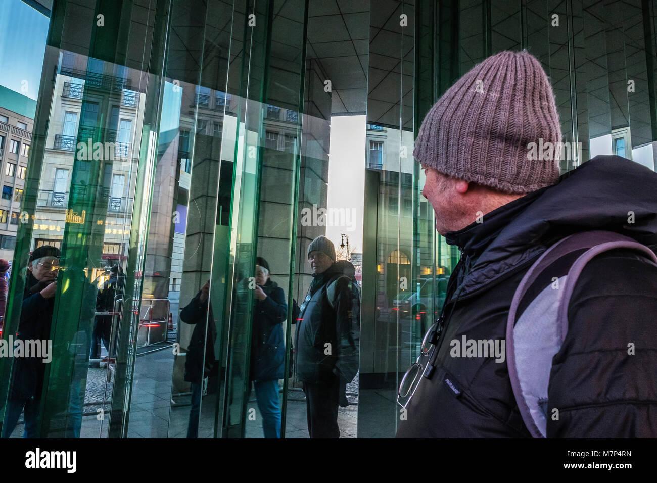 Berlin-Mitte. ältere Touristen Fotos von sich selbst in spiegelnden Gebäude Oberfläche. älterer Stockbild