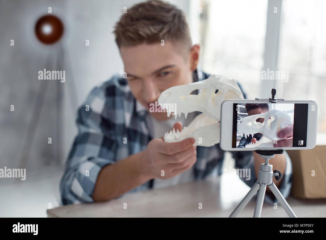 Professionelle Blogger machen ein Video über Dinosaurier Stockbild