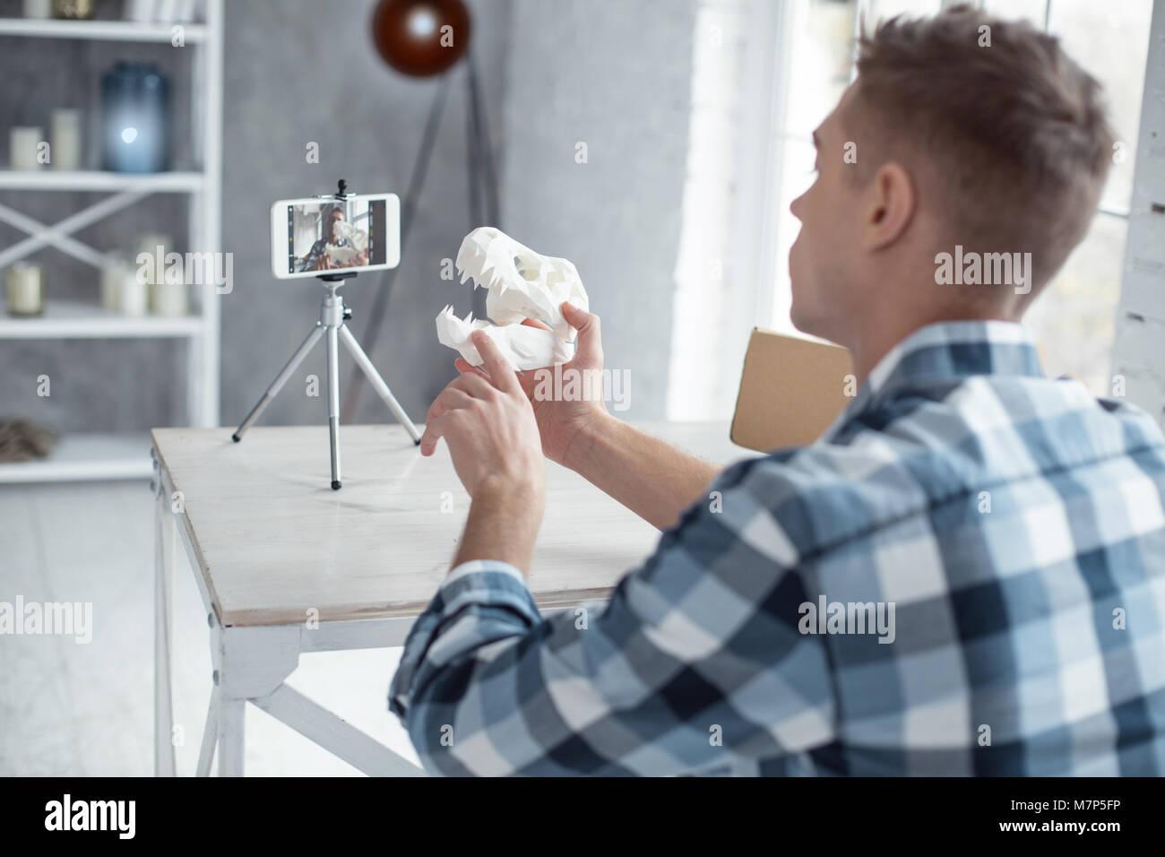 Professionelle Blogger zeigen ein Dinosaurier Schädel auf cam Stockbild