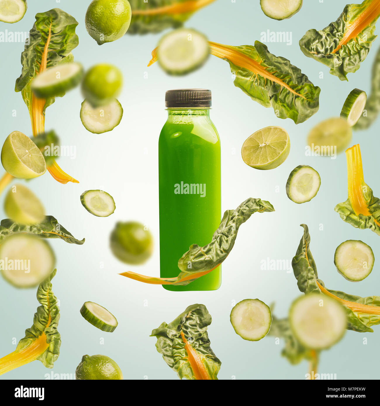 Grüne smoothie Flasche mit Fliegen oder fallende Zutaten ...