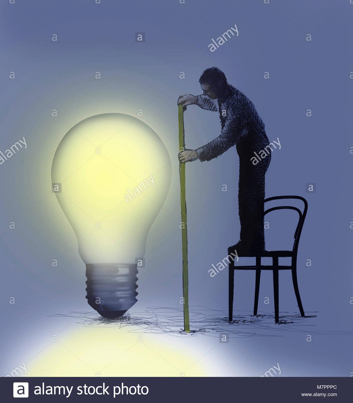 Unternehmer stehen auf Stuhl messen große beleuchtete Glühbirne Stockbild