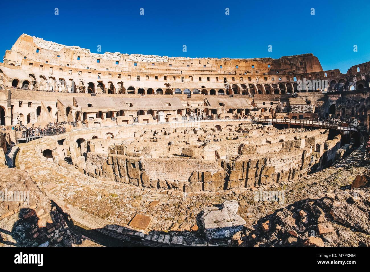 Panoramablick auf die Innenseite des Römischen Kolosseum in Rom, Italien Stockbild