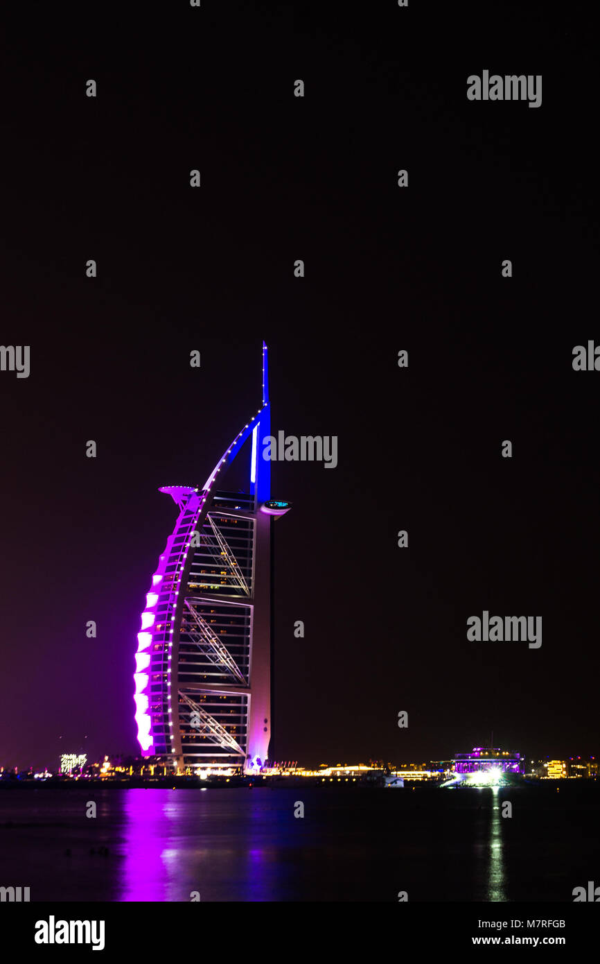 Dubai/VAE - 17.November 2017: Burj Al Arab in Dubai bei Nacht Stockbild