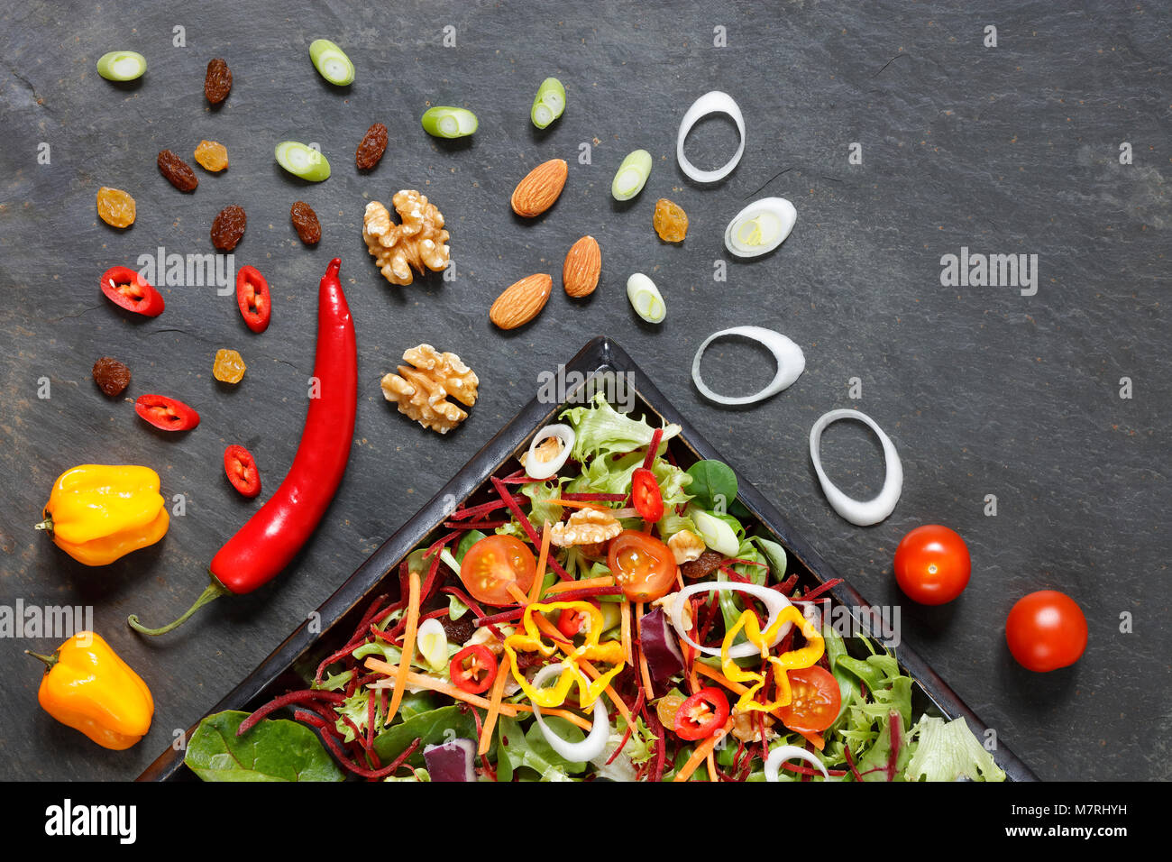 Salat Zutaten mit Salat, Kohl, Nüsse und Samen auf Schiefer von oben Stockbild
