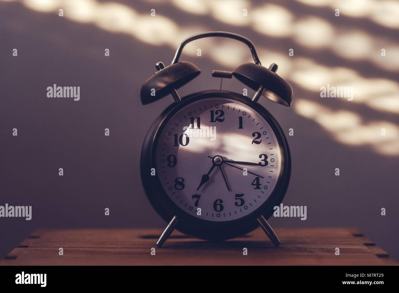 Wecker Auf Nachttisch Im Schlafzimmer Tickende Am Frühen Morgen Mit Dem  Sonnenlicht Und Schatten An Der