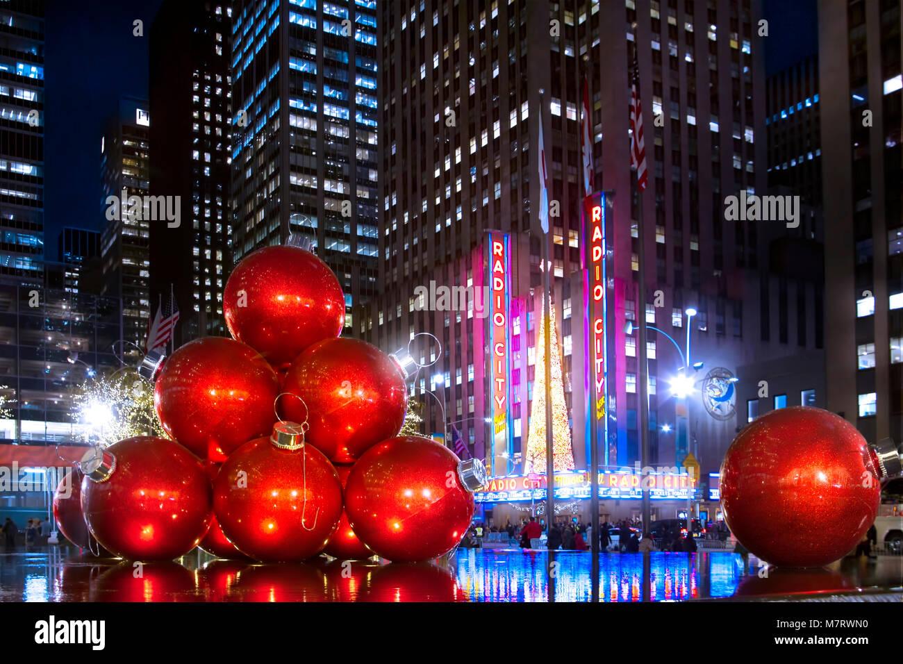 Die schöne zeigt am Rockefeller Center im Dezember. Weihnachten in ...