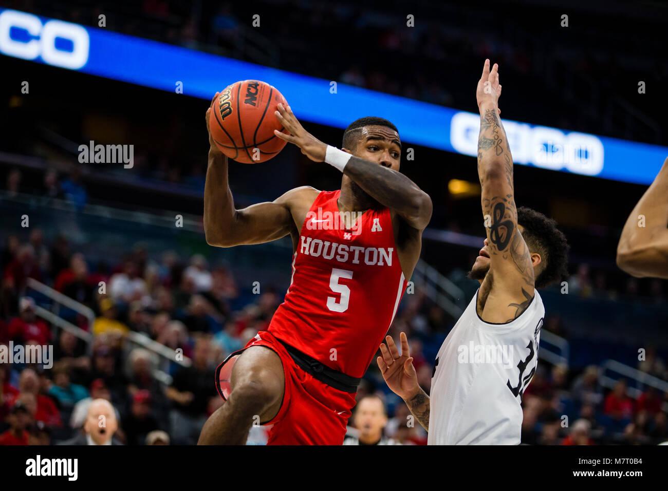 Houston guard Corey Davis Jr versucht den Ball gegen Cincinnati defender Jarron Cumberland in der Amerikanischen Stockfoto
