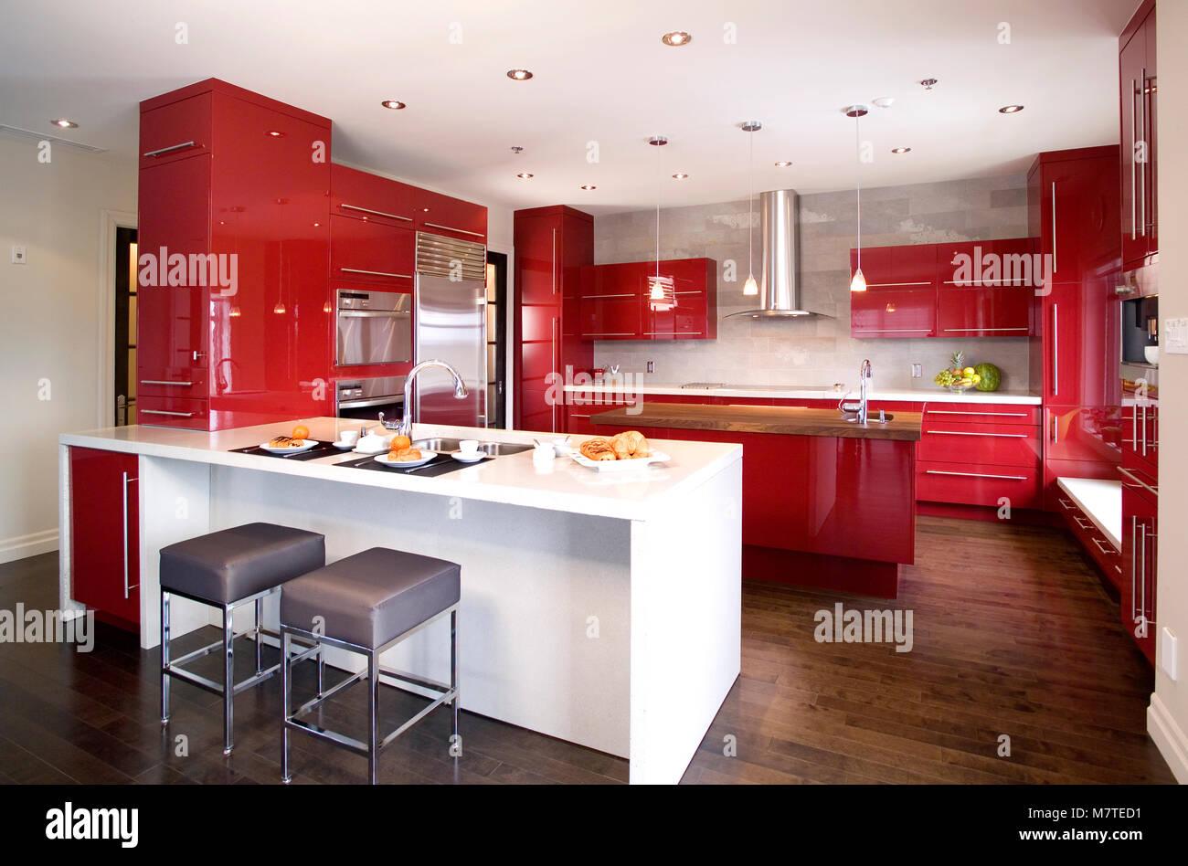 Moderne Rote Moderne Küche Mit 2 Verschiedenen Insel Und Ein Dunkler  Holzfußboden