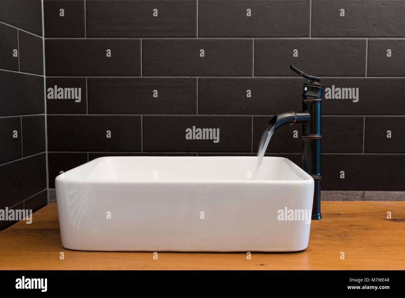 Modernes Weißes Quadrat Waschbecken Im Badezimmer Mit Schwarzen Fliesen Und  Schwarzen Hahn In Form Von Bambus. Modernes Badezimmer Design