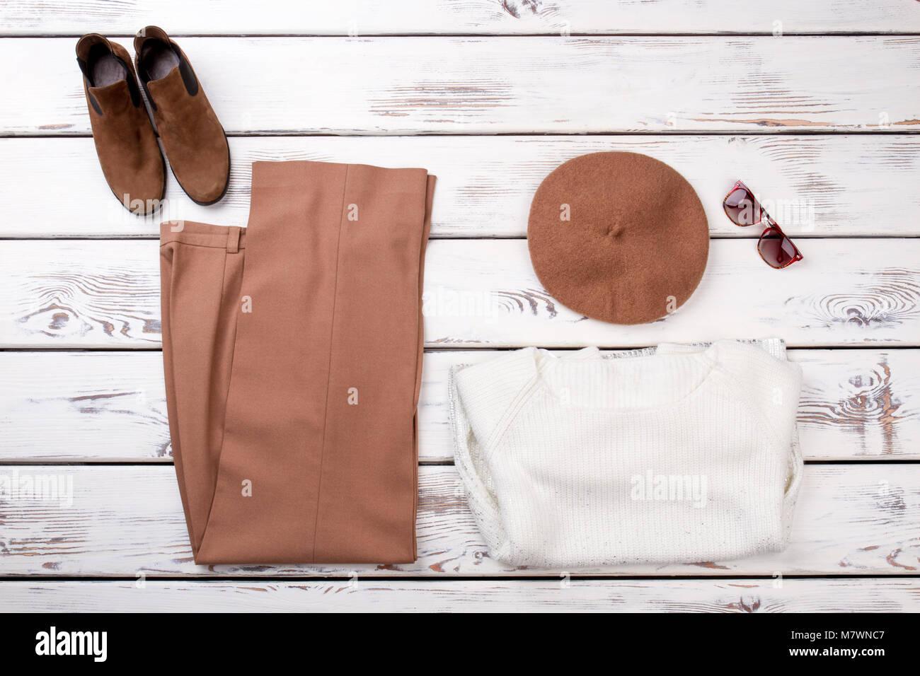 new concept 2d814 8b8ca Konzept der Frauen Kleidung werden auf den Tisch gelegt ...