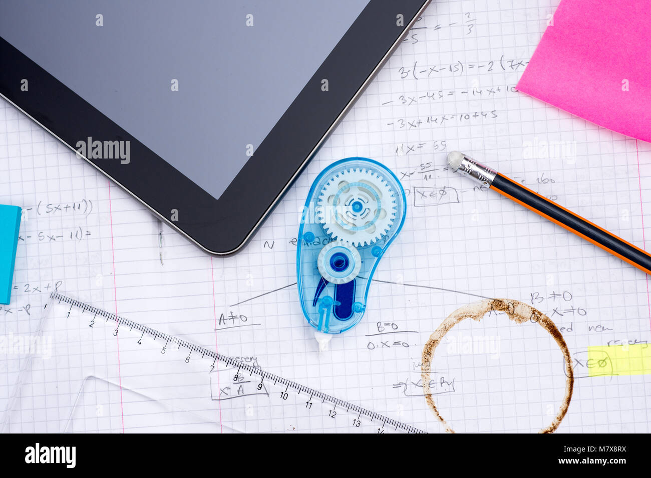 Digitale Tablet, Bleistift, Lineal über Blatt Papier mit ...