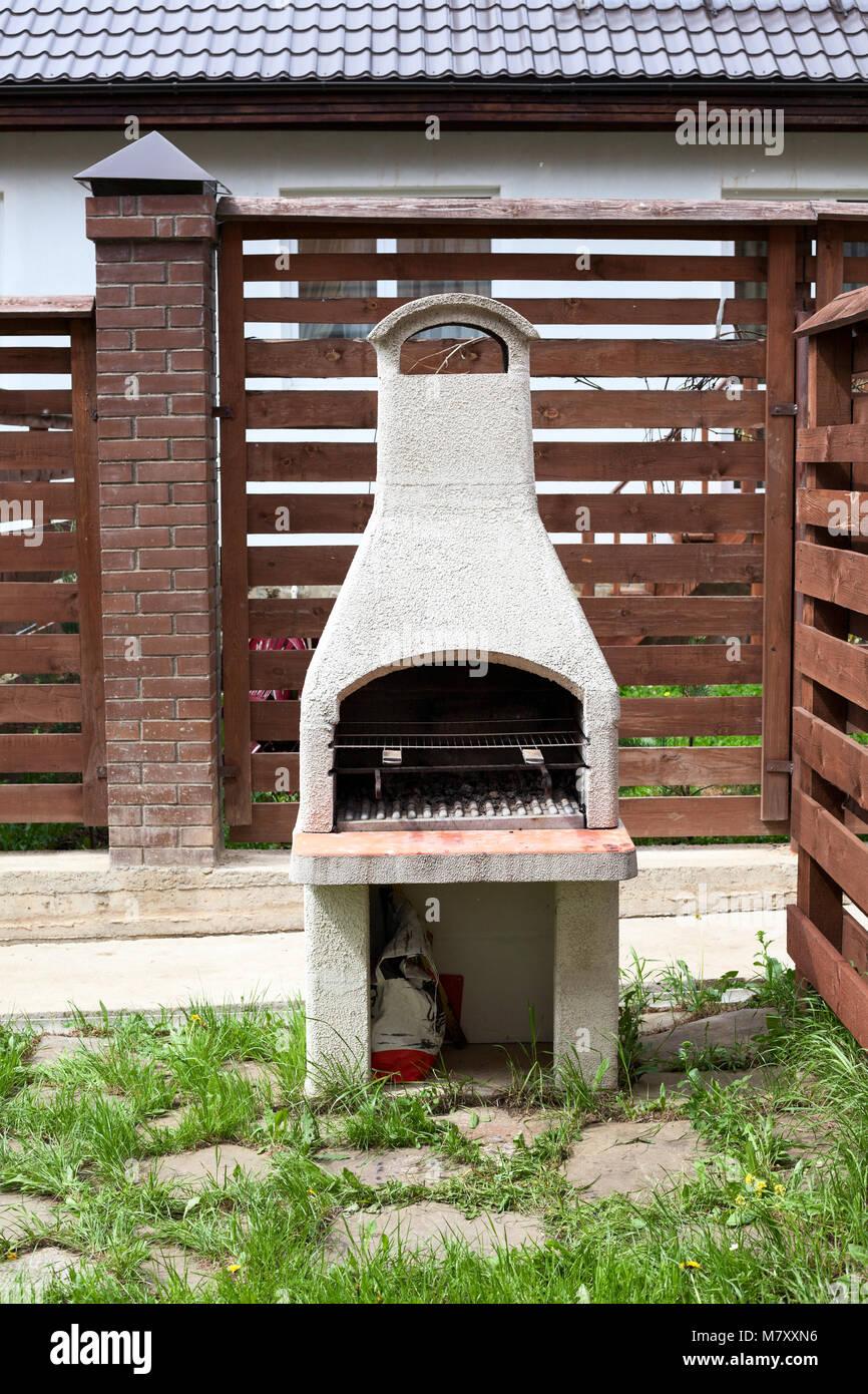stein garten ofen für grill oder grill ist in einem hinterhof in der