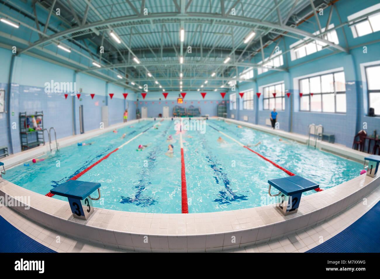 Weitwinkelaufnahme Auf Vier Linien Ein Schwimmbad Für Kinder Gruppen.  Unscharfer Hintergrund, Schwerpunkt Auf Der Vordergrund Ist