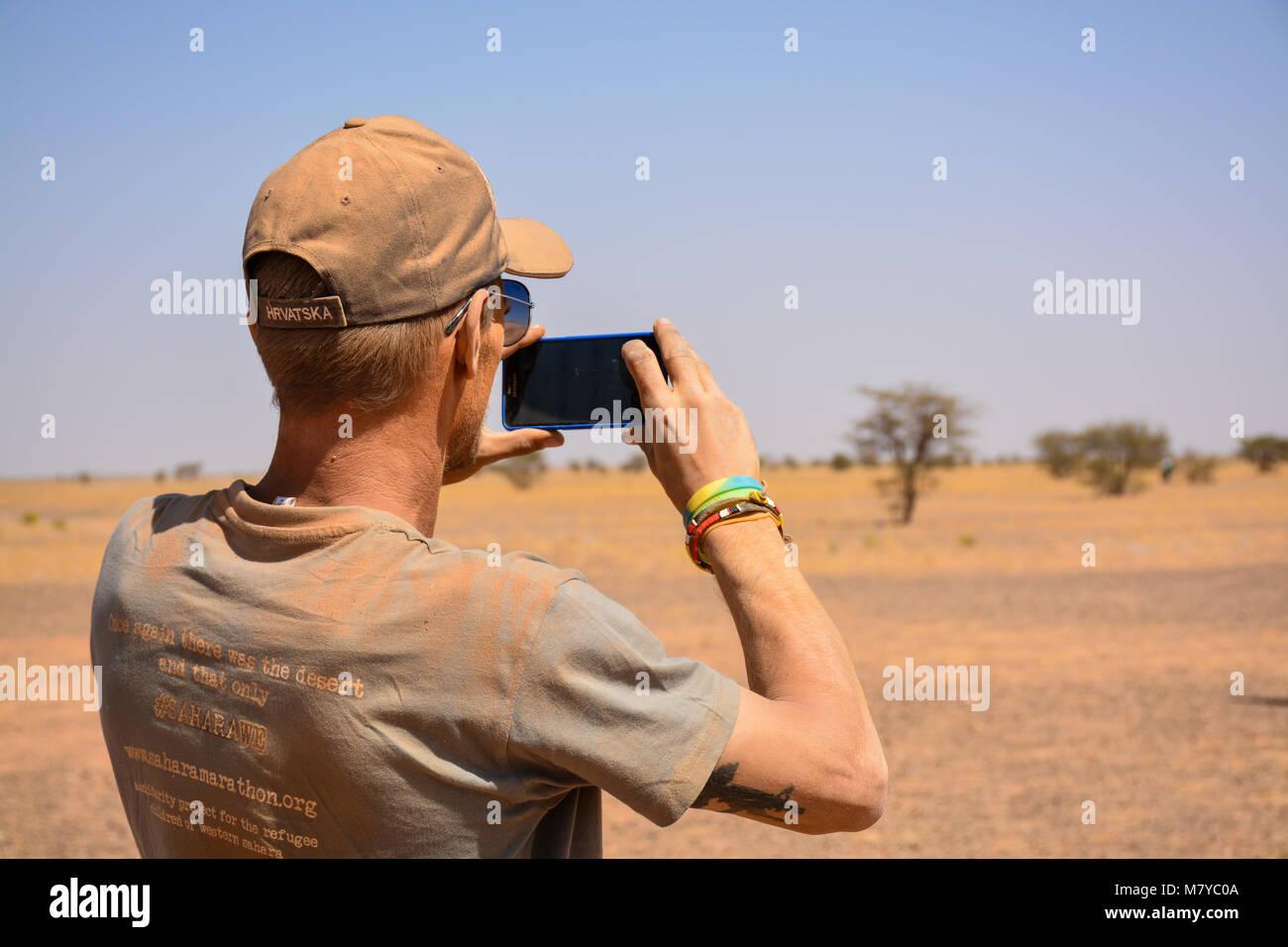 Sahara Explorer macht ein Foto von der Westsahara teritory befreit. Stockbild