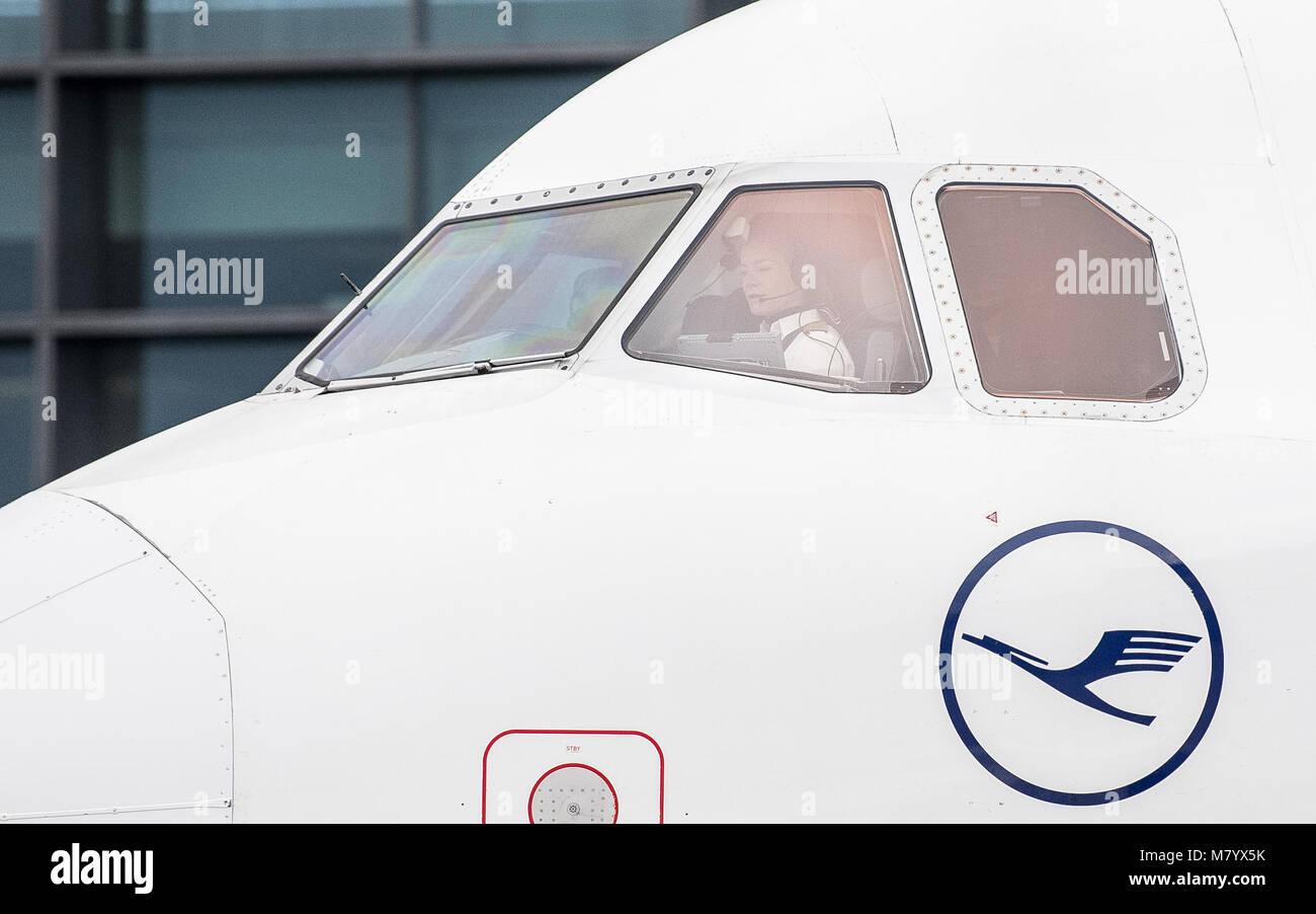 08 März 2018, Deutschland, Frankfurt: Lufthansa pilot Philippa Tammerle sitzt im Cockpit eines Airbus A321 Stockbild