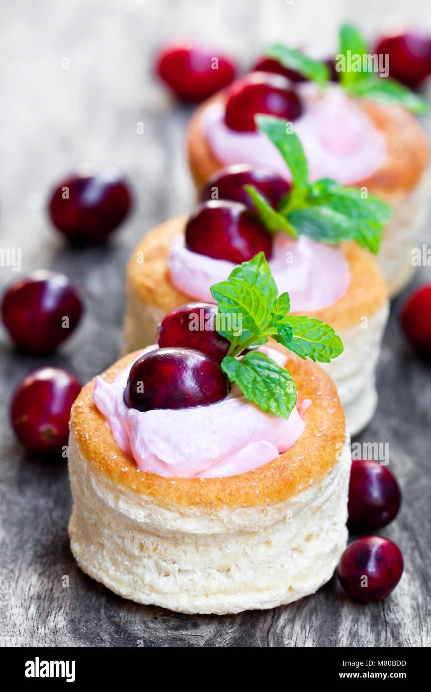 Blätterteig gefüllt mit fruchtiger weichen Frischkäse und Cranberry auf hölzernen Hintergrund Stockbild