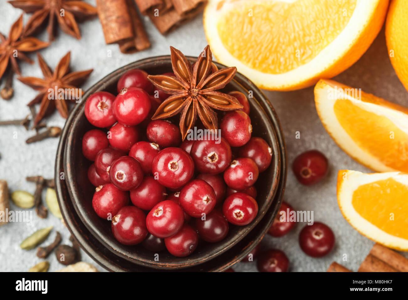 Zutaten zum Kochen traditionelle würzig Winter Getränke - Cranberry, Zitrone, Zimt, Kardamom, Sternanis, Stockbild