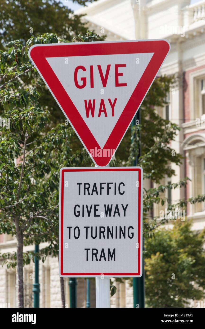 """""""Geben zu drehen Straßenbahn"""" Schild, Cathedral Square, Christchurch, Canterbury, Neuseeland Stockbild"""