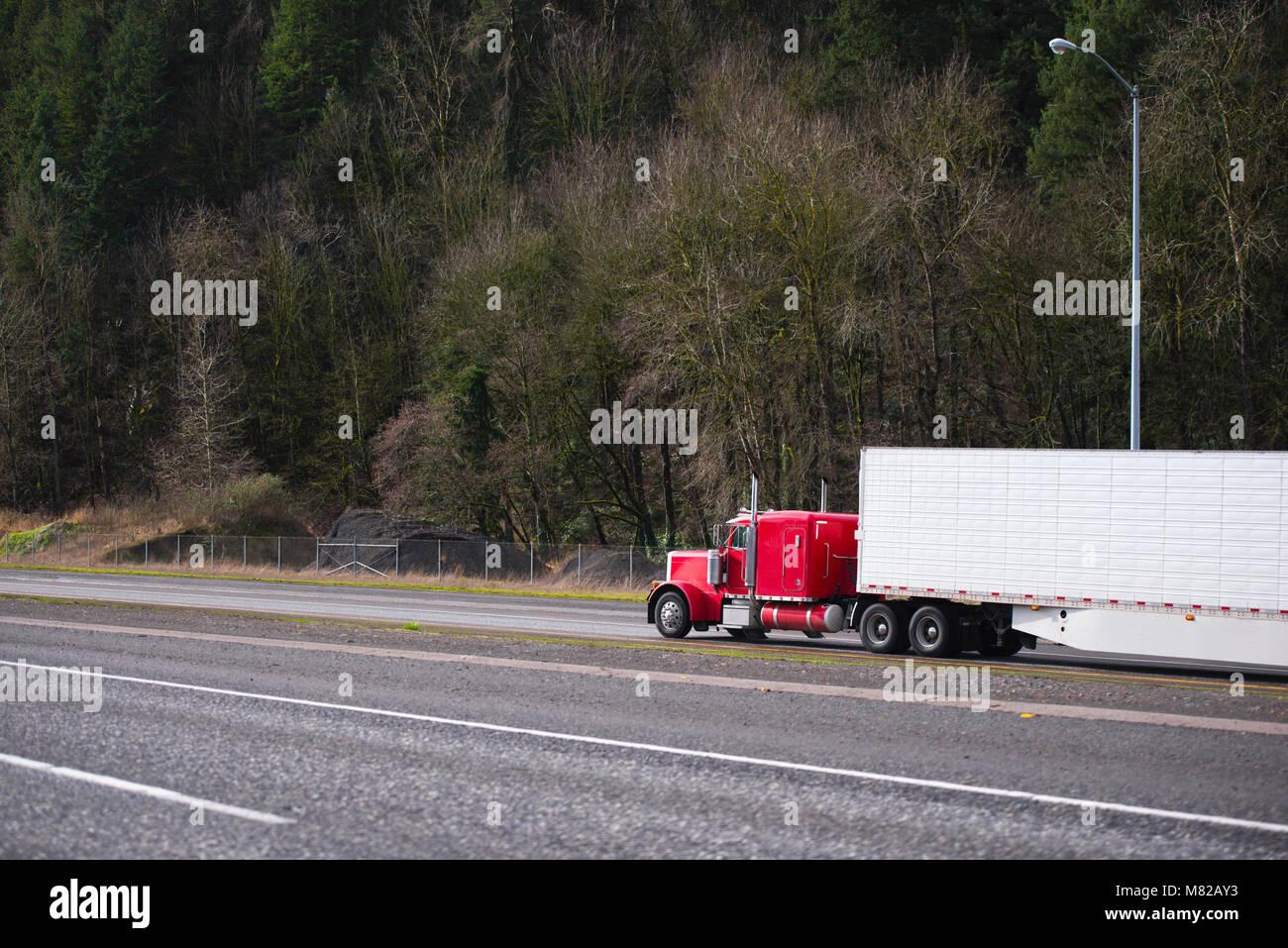 Amerikanischer Kühlschrank Flach : Big rig klassische amerikanische motorhaube kraftvolle rot semi