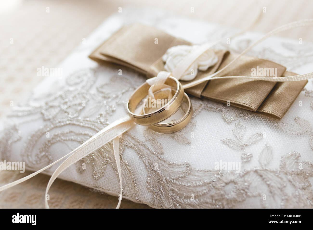 Goldene Hochzeit Ringe Auf Kissen Stockfoto Bild 177102486 Alamy