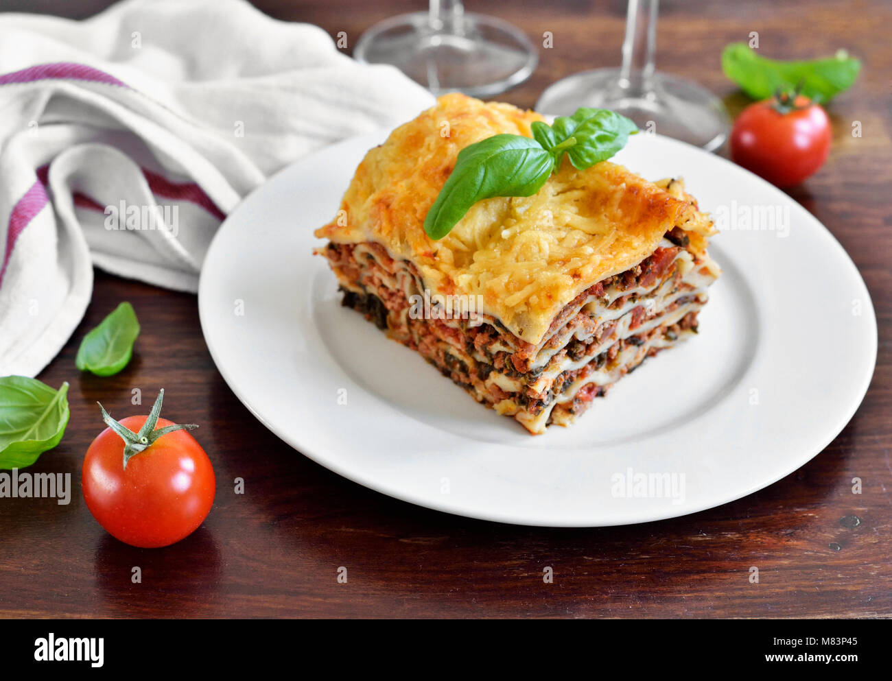 Frisches Fleisch Lasagne bolognese, Lasagne, Pasta Teller auf einen Holztisch mit dekorativen Basil leaf. Italienische Stockbild