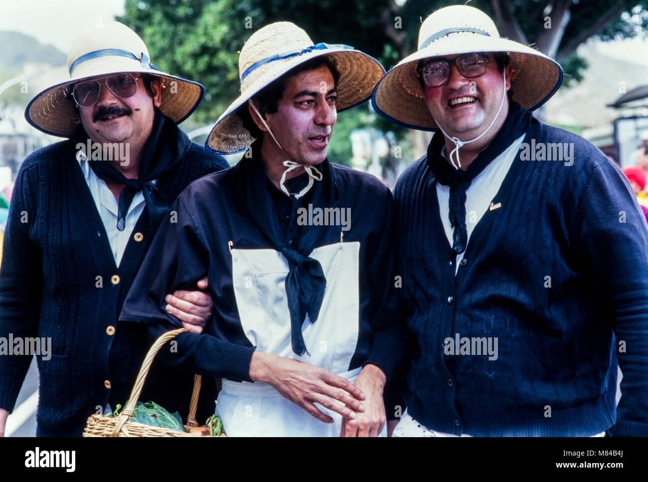 Drei Männer, die als Bauern Frauen im Karneval gekleidet, Archivierung Foto, Karneval de Santa Cruz de Tenerife, Stockbild