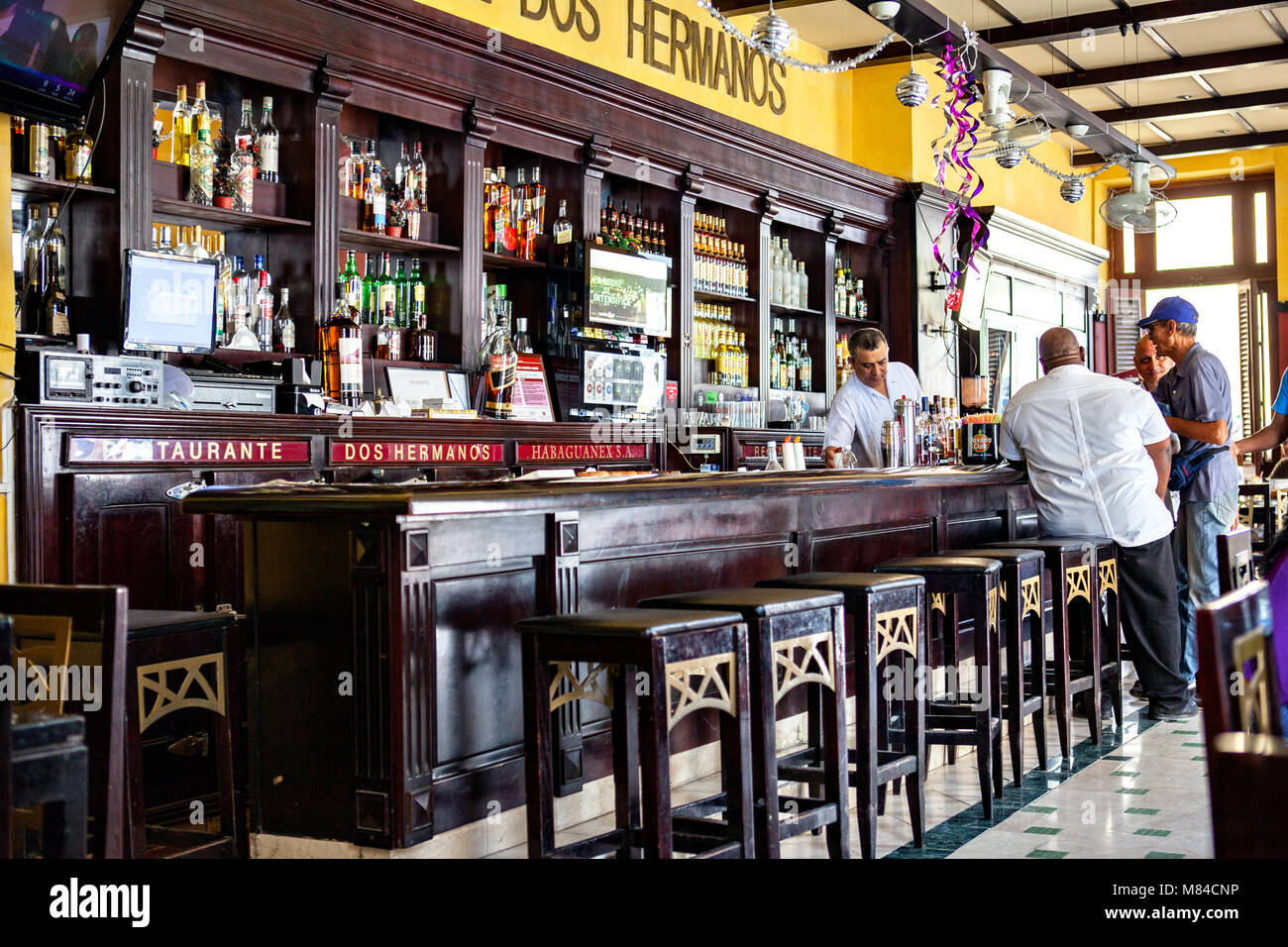 Havanna, Kuba - Dezember 12, 2016: Mojito Cocktail in einer Bar in Kuba/Havanna in Havana Club Rum Gläser Stockbild