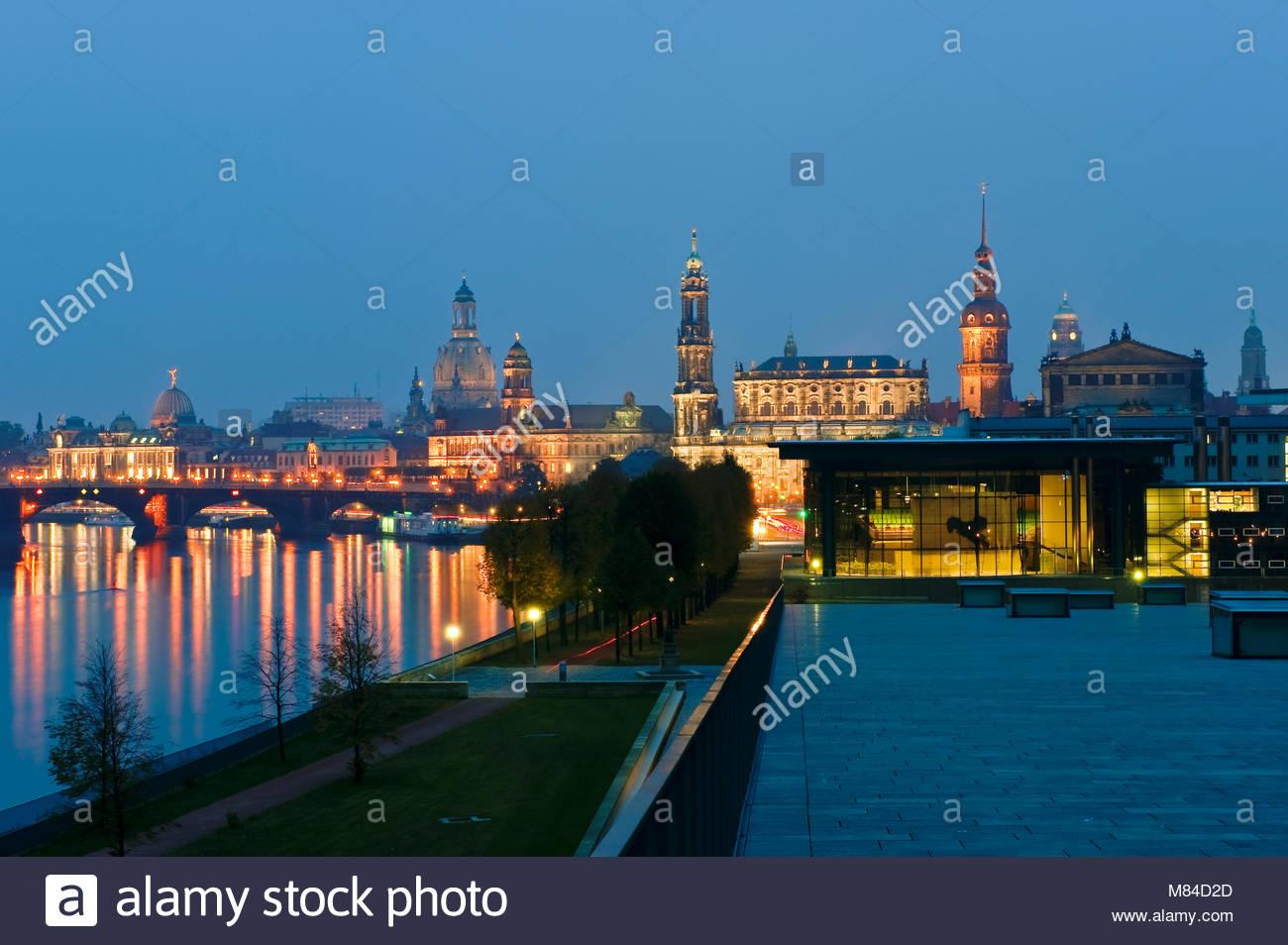 Europa, Deutschland, Dresden, Sachsen, Sachsen. Altstadt - Silhouette mit Bruehlsche Terrasse, Kathedrale, Schloss, Stockbild