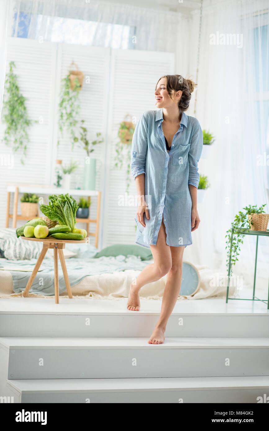Frau zu Hause aufwachen Stockbild