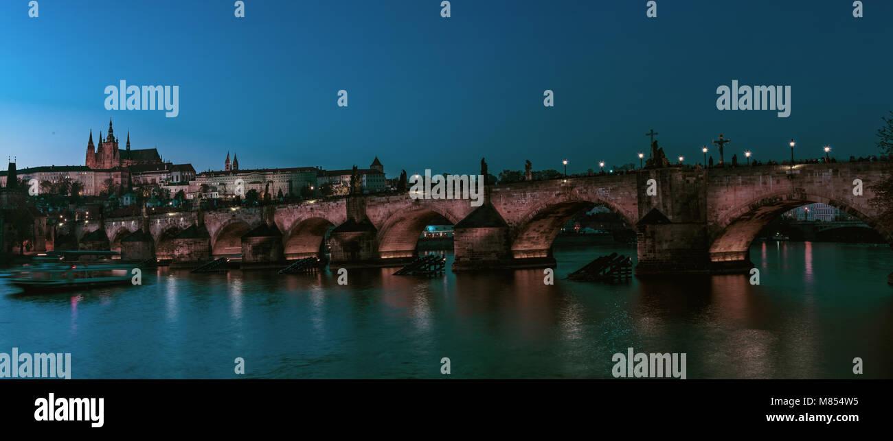 Karlsbrücke in Prag mit Festung und Veitsdom Stockbild