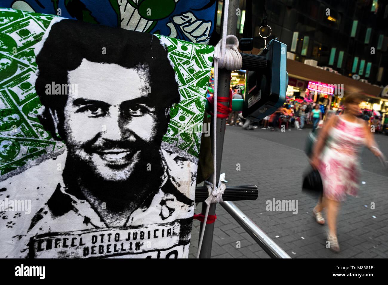 Ein T-Shirt zu verkaufen, mit der Darstellung der drogenbaron Pablo Escobar, ist gesehen an den Markt stehen auf Stockbild