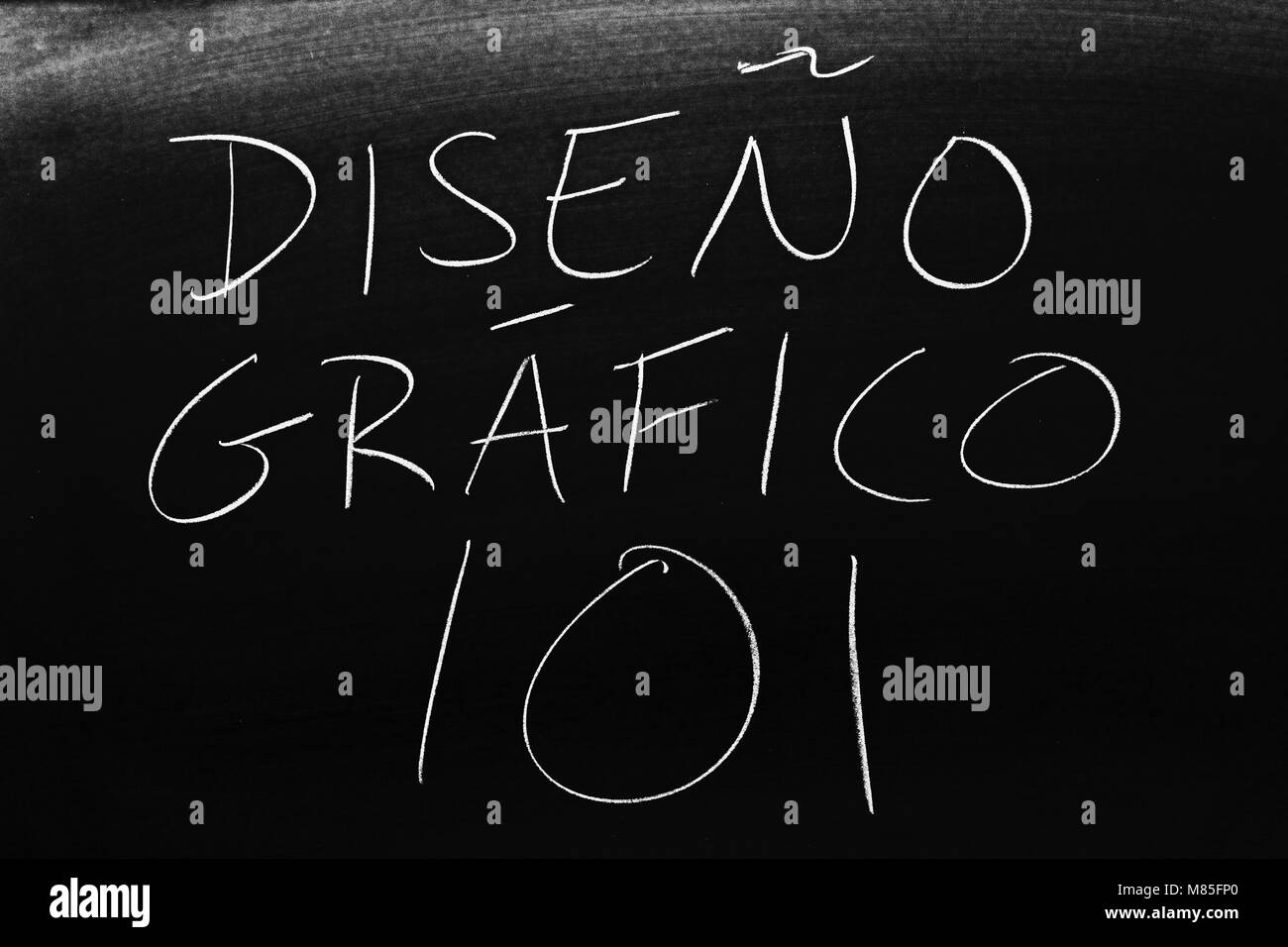 Die worte Diseño Gráfico 101 auf einer Tafel mit Kreide Stockbild