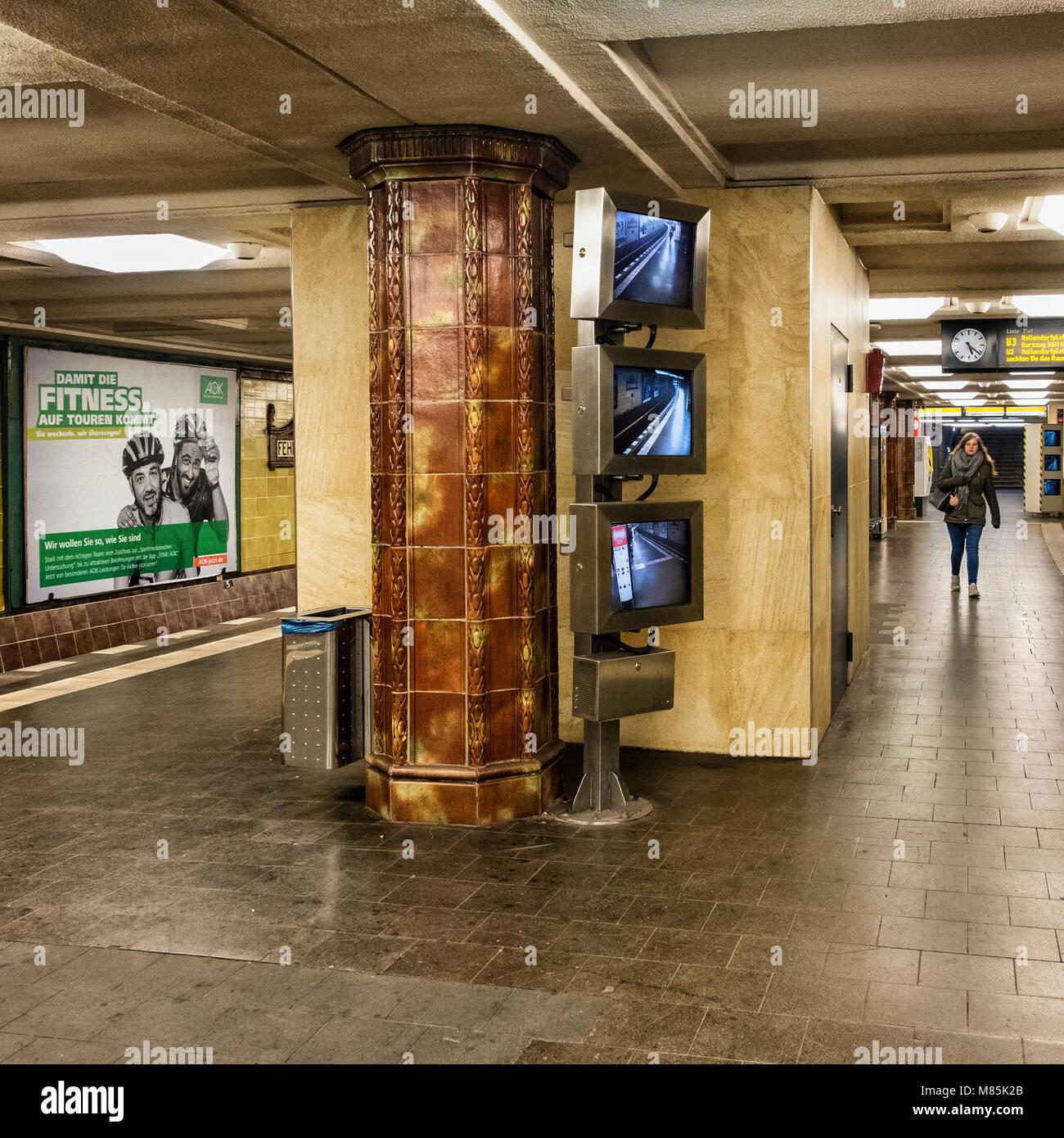 Berlin Wilmersdorf, Fehrbelliner Platz U Bahn Bahnhof Interieur Mit Braun U0026  Senf Farbe Wandfliesen, Fliesen  Säulen U0026 CCTV Sicherheit