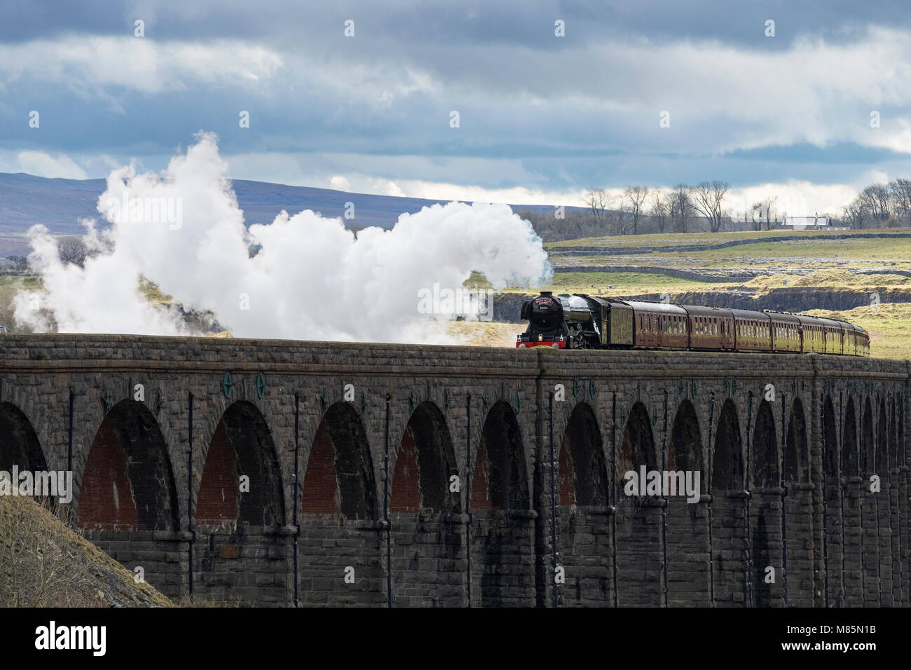 Puffing Steam Cloud, iconic Lokomotive Lner Klasse A3 60103 Flying Scotsman, reist über Bögen von ribblehead Stockbild