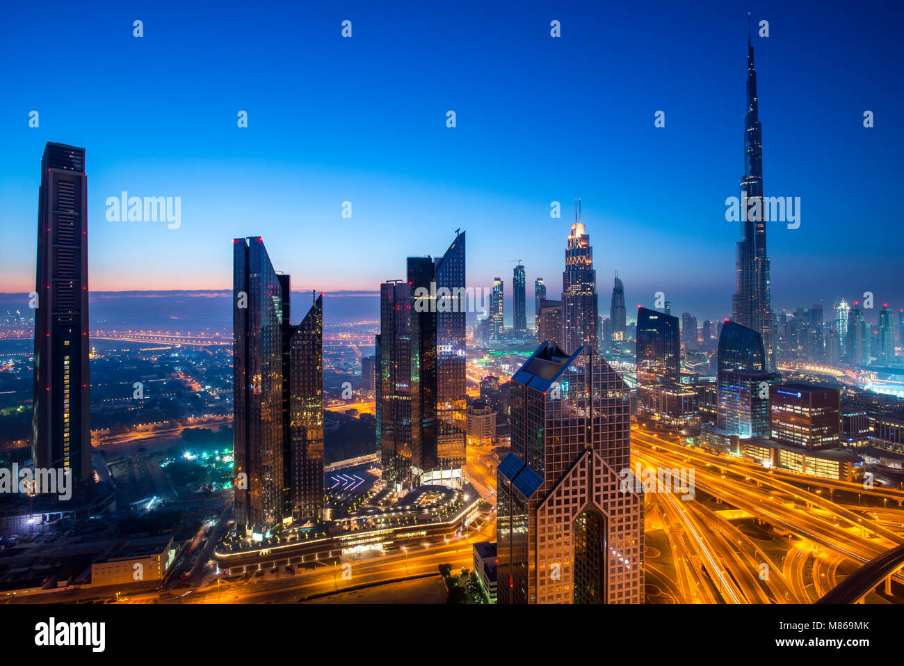 Stadtansichten durch Tag und Nacht, mit Singapur oder Dubai. Für Singapur, mit Marina Bay Sands am Hafen. Dubai Stockbild