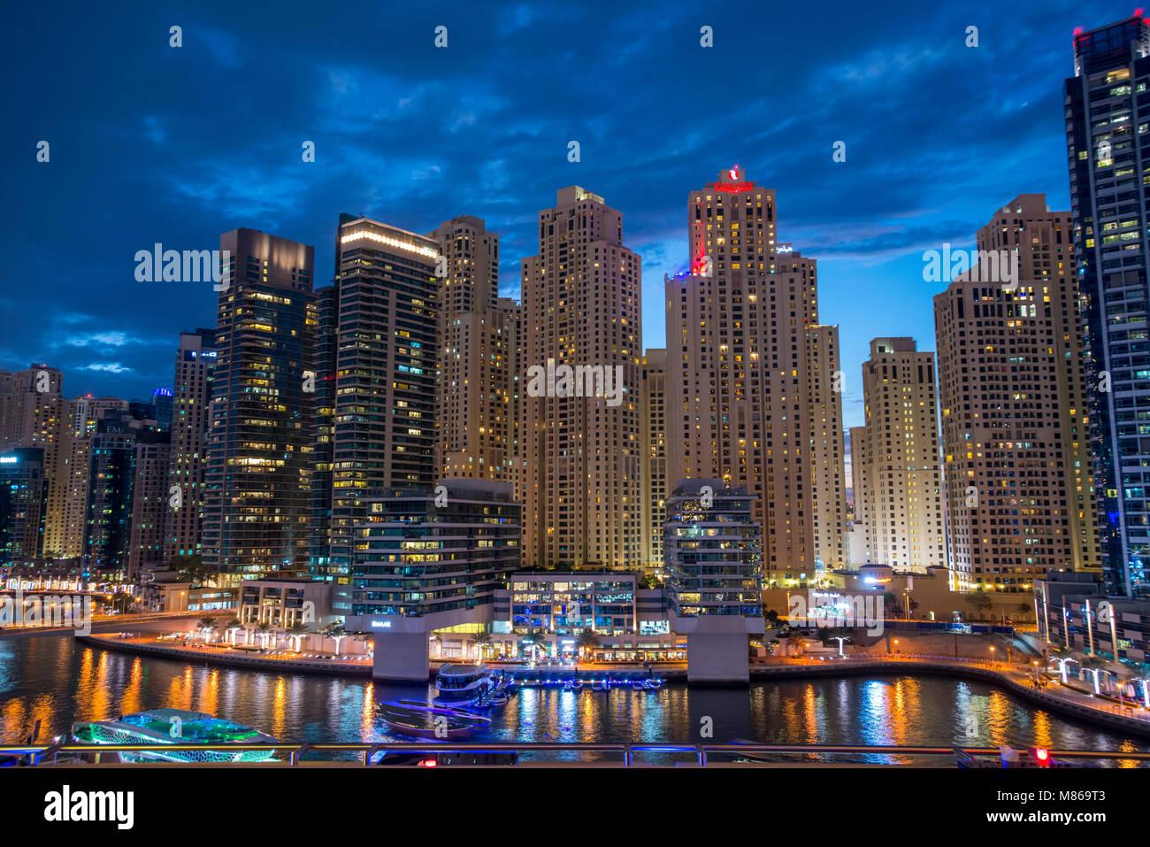 Stadtansichten durch Tag und Nacht, mit Singapur oder Dubai. Für Singapur, mit Marina Bay Sands am Hafen. Dubai Stockfoto