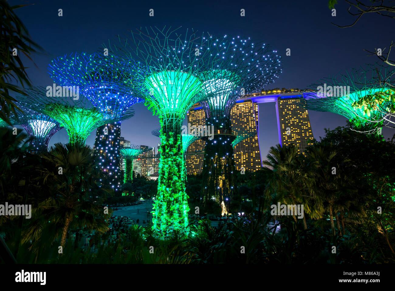 Stadtansichten durch Tag und Nacht, mit Singapur oder Dubai. Für Singapur, mit Marina Bay Sands am Hafen. Dubai Stockbild