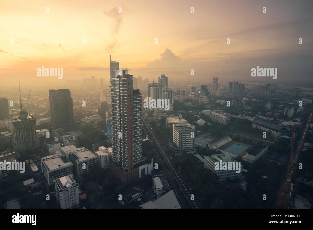 Skyline der Stadt bei Sonnenaufgang, Bangkok, Thailand Stockbild