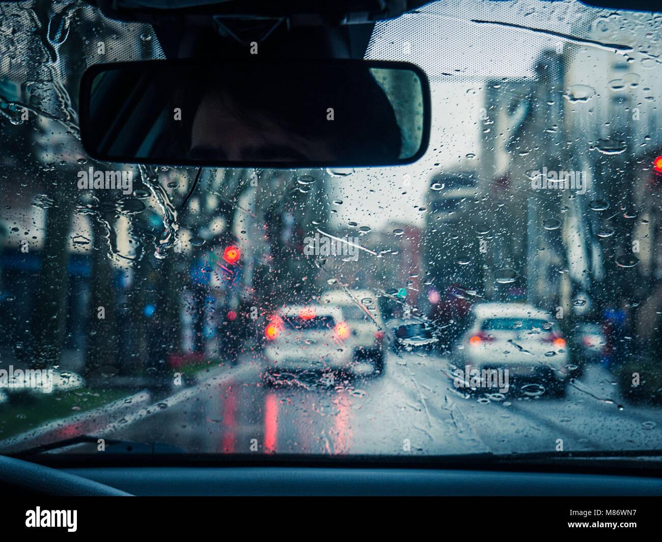 Blick durch die Windschutzscheibe des Verkehrs im Regen, Andalusien, Spanien Stockbild