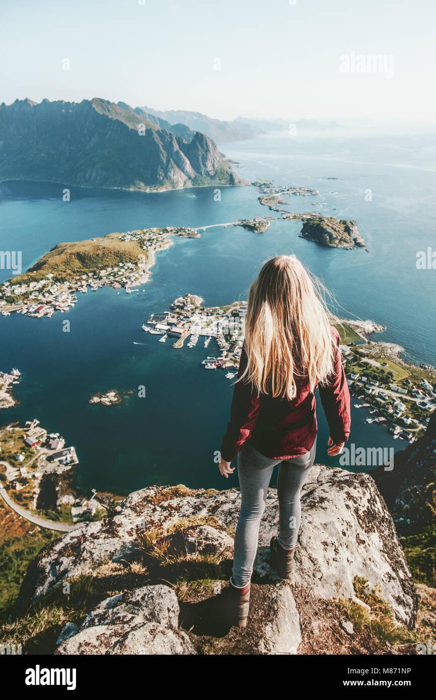 Junge Frau in Norwegen allein stehend auf Cliff mountain lifestyle Erkundung Konzept Abenteuer outdoor Sommer Urlaub Stockbild