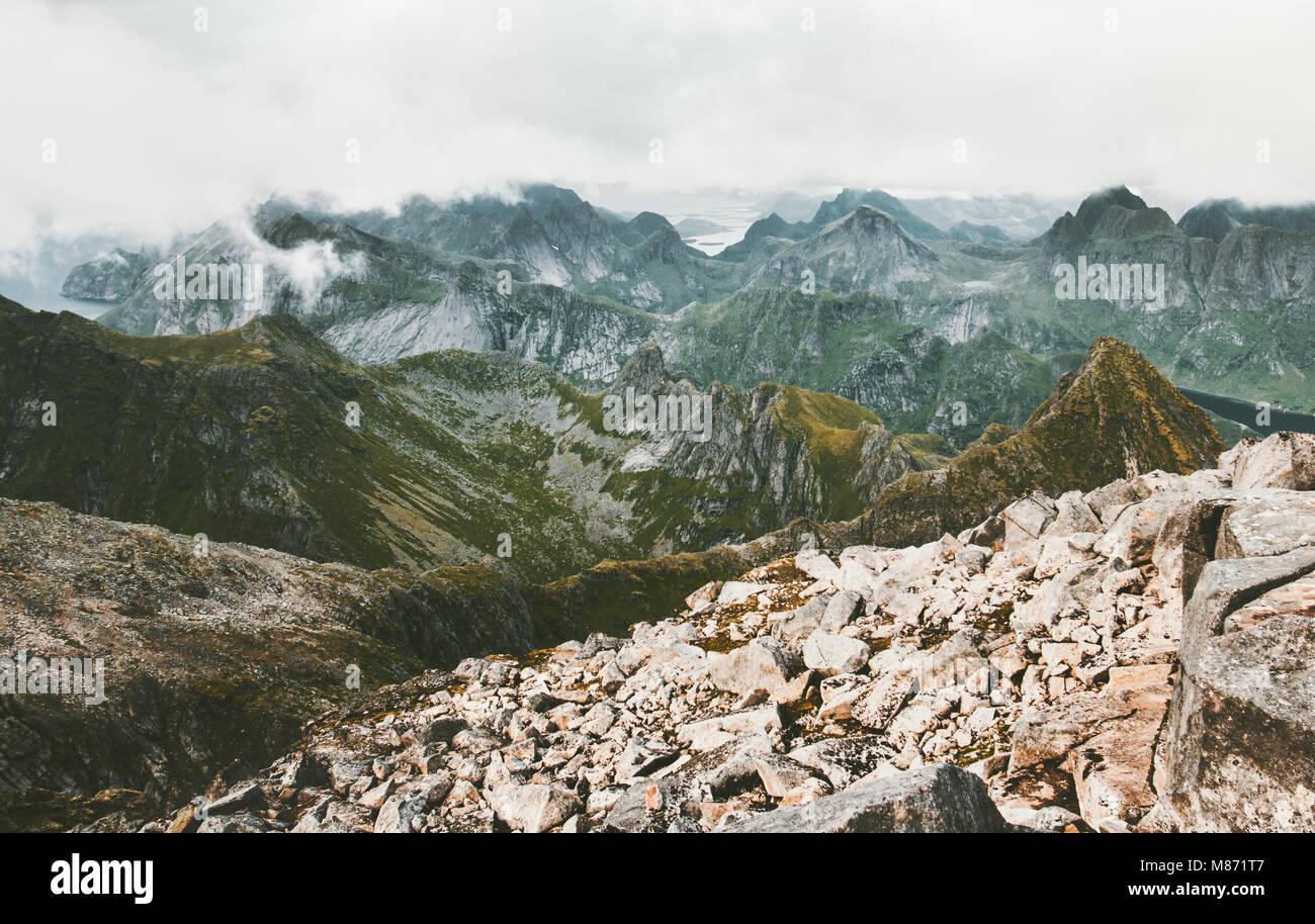 Berge reichen Landschaft Luftaufnahme in Norwegen von Gipfel des Hermannsdalstinden der höchste Berg auf der Stockbild