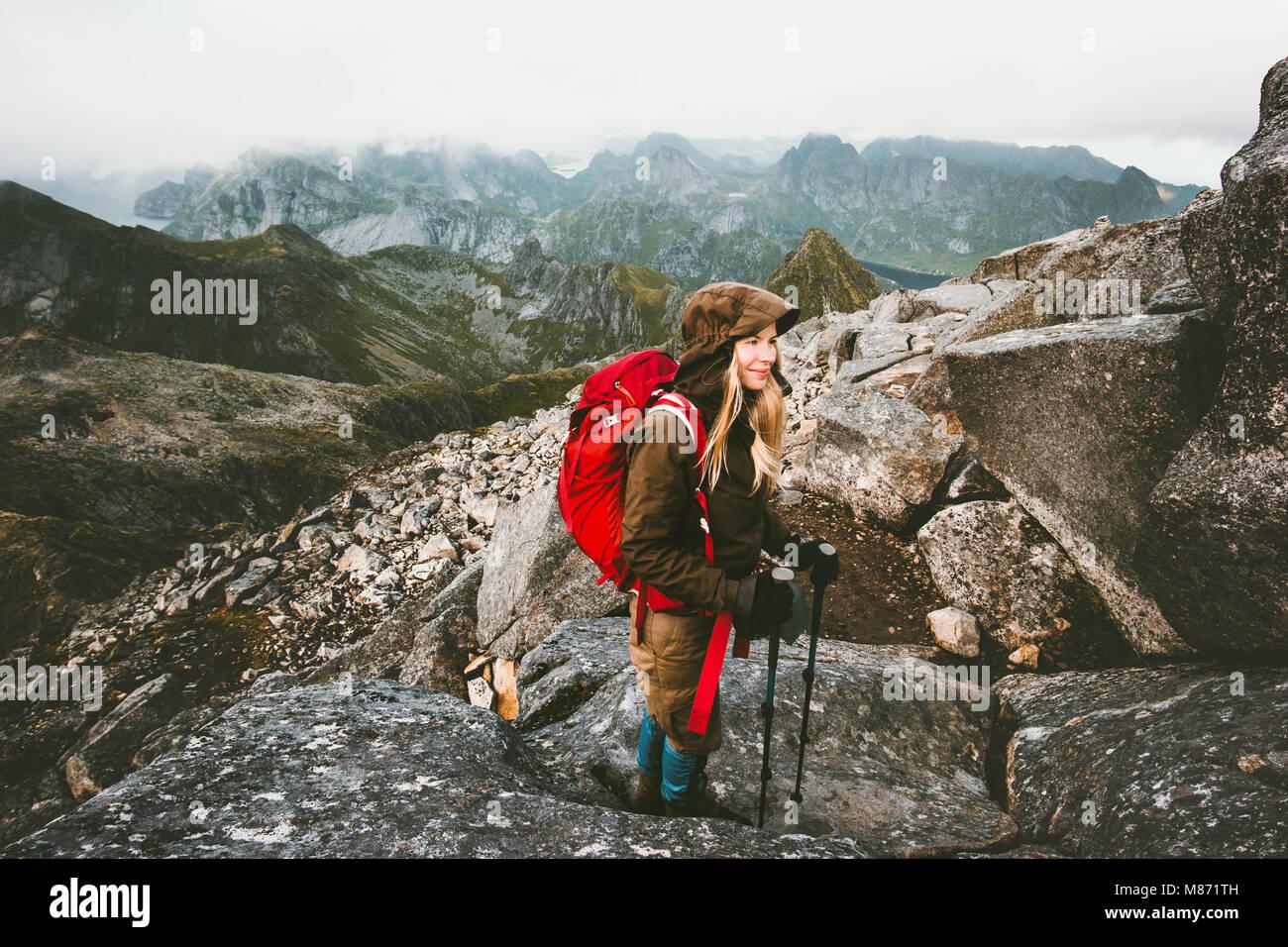 Reisende Frau mit Rucksack auf Hermannsdalstinden Mountain Summit in Norwegen Reisen Lifestyle Fernweh Konzept Abenteuer Stockbild