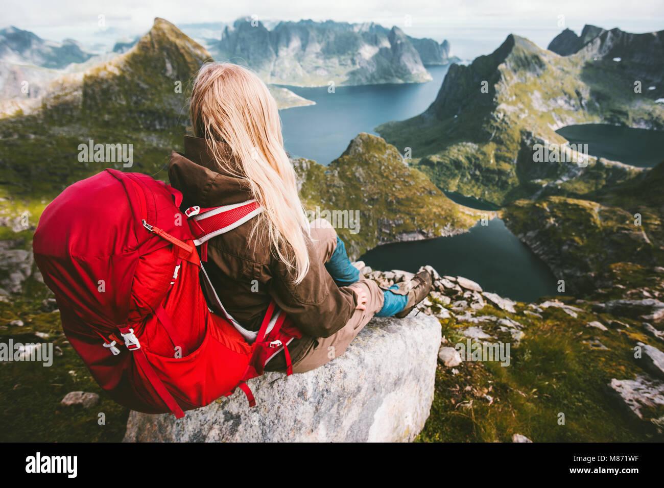 Touristische Frau alleine entspannen mit Rucksack in den Bergen Norwegen gesund Reisen lifestyle Abenteuer Konzept Stockbild