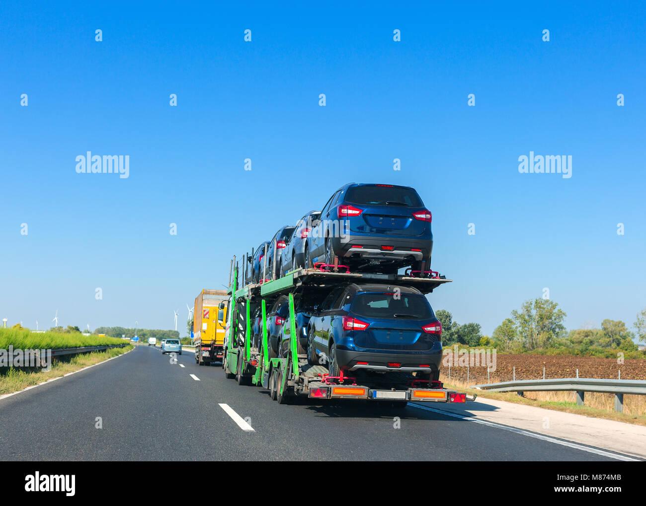 Etagenbett Cars : Big car carrier anhänger mit autos auf einem etagenbett plattform