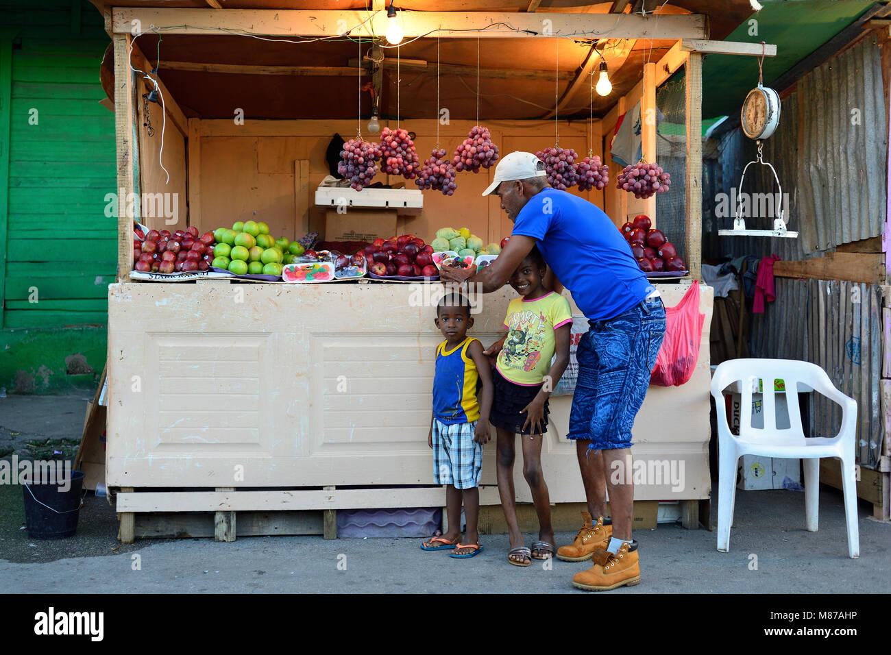 LA ROMANA, DOMINIKANISCHE REPUBLIK - 02. Dezember 2017: Verkäufer der von Obst und Gemüse, die in der Stockbild