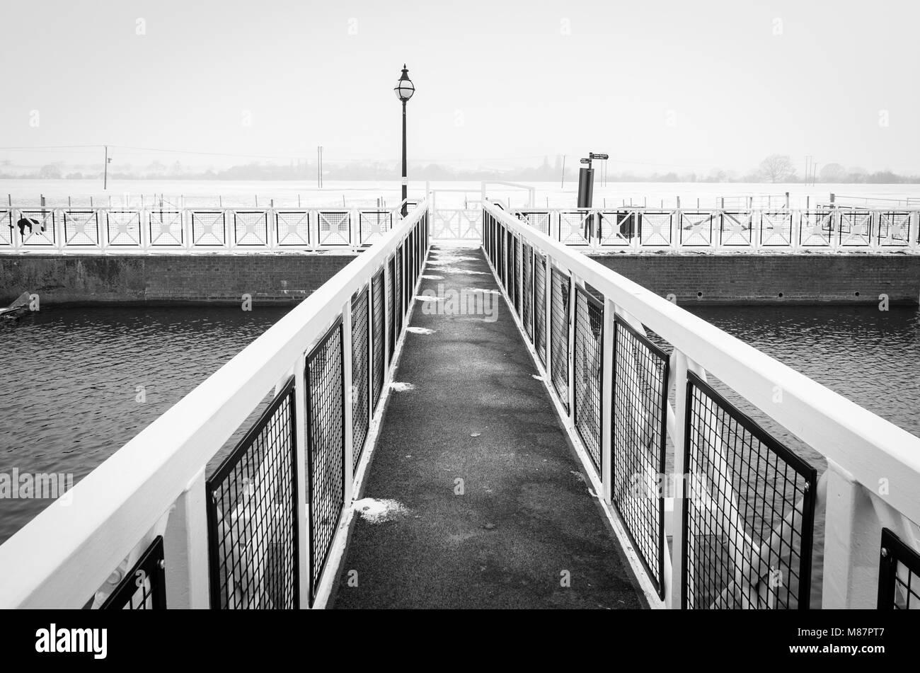 Brücke über den Fluss Avon im Winter Stockbild