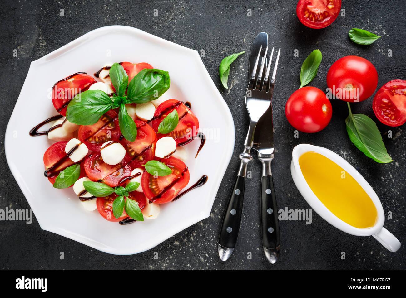 Caprese Salat. Tomaten, Mozzarella, Tomaten, Olivenöl, Basilikum Kräuter verlässt, Balsamico Sauce Stockbild