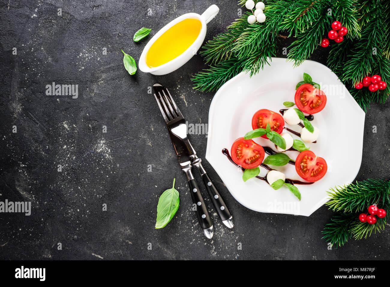 Caprese Salat in der Form der Weihnachtsbaum. Festliche Vorspeise ...